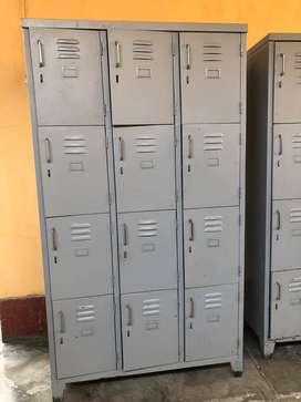 lockers, sillas, escritorio