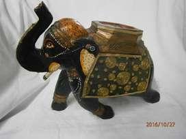Elefante en madera negro con tela en la silla dorado india.
