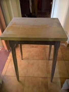 Mesa de formica para televisor TV. Medidas: 52x40 cm. Para retirar