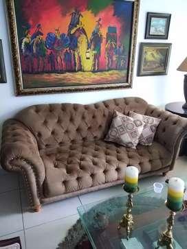 GRAN REMATE,MOTIVO VIAJE!! Exclusivo sofá de 3 puestos capitoneado en terciopelo francés. Solo 3 meses de uso