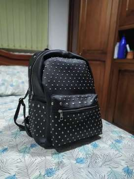 Bolso negro con taches