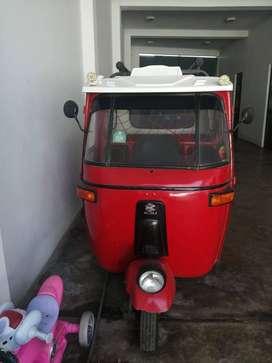 Mototaxi bajaj roja del año 2000 convertida a gas