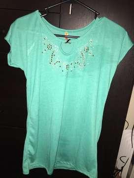 Camiseta verde turquesa con perlas