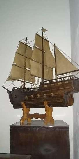 Barco de madera a escala