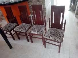 Se vende comedor en buen estado metálico con sillas de madera
