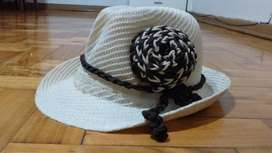 Sombrero tipo capellina de paja con adorno