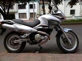 Vendo Preciosa Motocicleta Suzuki  Freewind XF - 650 y REGALO! UM DSF - 125 en Perfecto estado, por la compra de la 650