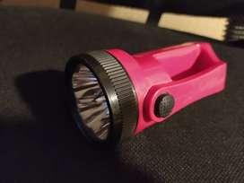 Linterna con emisión de luz LED, cuenta con cinco focos LED potente calidad de luz
