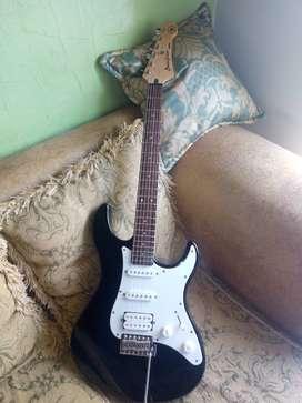 Vendo Guitarra Electrica Yamaha Pacifica 012 Con amplificador de 15W y estuche semiduro.