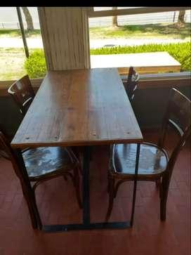 Mesas de madera y hierro en muy buen esta