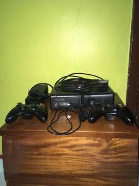 Vendo Xbox 360, 2,50 GB de disco duro, 2 controles, Kinect, juegos originales