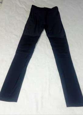 Calzas Negras Con Plegados En Las Rodillas. Como Nuevas