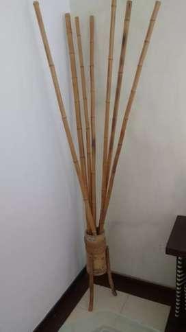 Palos en bambú y base decorativa