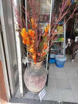Florero en cemento con decoración artificial