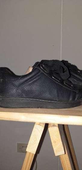 Zapatilla negra moda