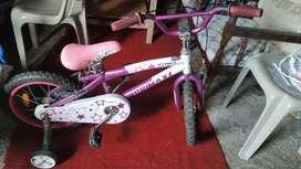 Bicicleta morado con blanco de niña