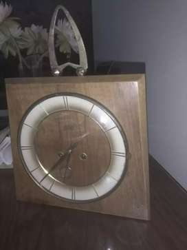 Reloj antiguo de mesa o pared.