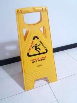 Señalización para piso mojado.