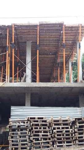 Realizamos trabajo de amarrado de lozas y todo trabajo de construccion y brindamos servicio de encofrados y fundidas..