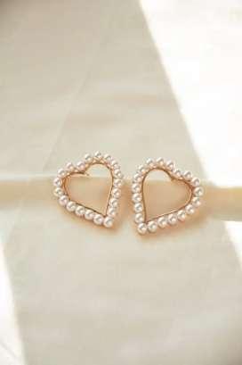 Aretes en forma de Corazón con Perlas.