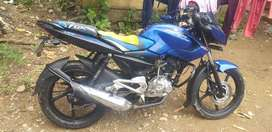 Es una moto pulsar 135 de color azul y esta en buen estado