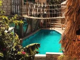 Hospedaje bien ubicado con piscina, billar, terraza mirador y amplias zonas verdes.