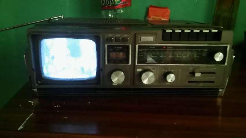 Vendo radio con tele y casetera andando muy bien 0