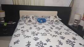 Vendo cama   con  cuatro mese de con tres metro de cabecera  160x2  de largo  precio 2000.000  incluye los nocheros