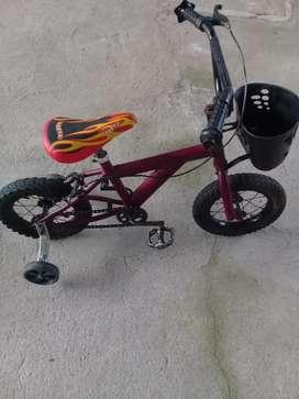 Vendo bicicleta aro 14 con ruedas de seguridad en buen estado todo