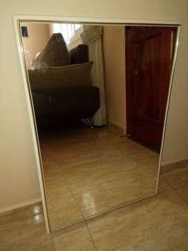 Espejo con marco blanco