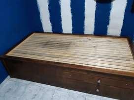 Cama de madera con armazón de hierro