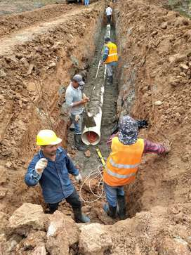 Se instala tuberías de agua potable y alcantarillado