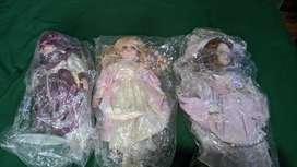 Muñecas de porcelana una de ella gira y toca musical