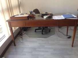 Escritorio fino de madera marca Jhons con 3 cajones, color marrón.  Estado intacto. Incluye vidrio de 5mm450