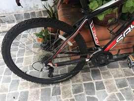 Bicicleta color rojo con blanco y negro