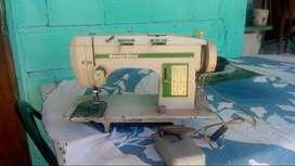 vendo maquina de coser con su mesa
