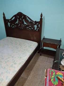 Cama con colchón y 2 mesas de noche