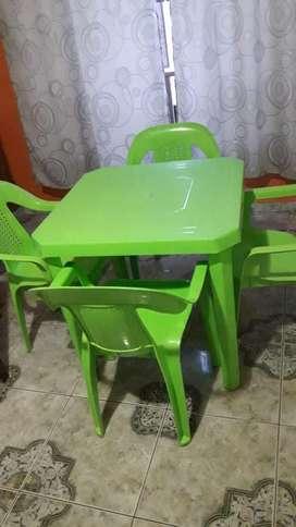 Mesa con Sus 4 Sillas Plasticas