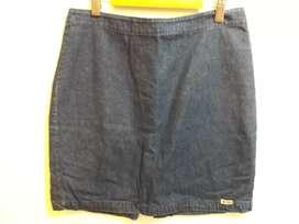 Pollera de tela de jean liviana en color azul oscuro.
