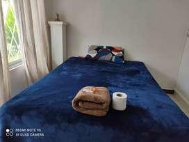 Se renta habitación en casa  por noches.