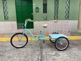 Flamante triciclo con dos canastas