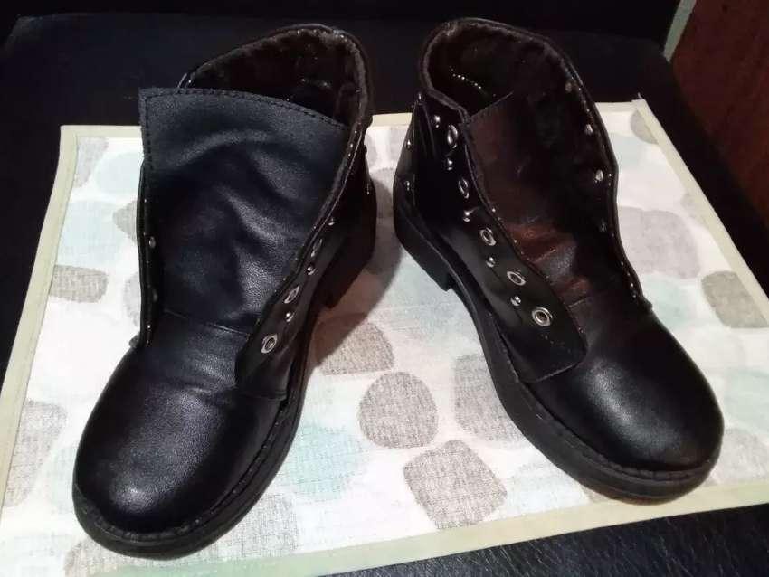 Vendo o cambio botas negras para niña 31 0