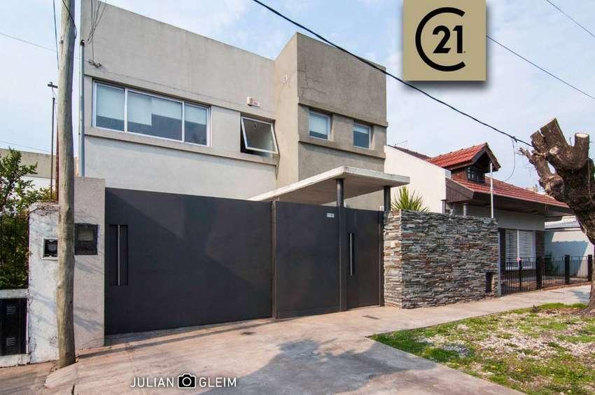 Vende o permuta casa moderna de tres dormitorios en La Plata
