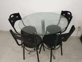 Mesa en vidrio circular con 4 sillas