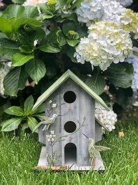 Casas decorativas de aves en madera pintadas a mano