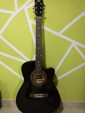 Guitarra electroacústica Rogué Dreadnought con afinador y estuche semirrígido