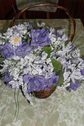 Canasto De Mimbre Con Flores Decorativas!