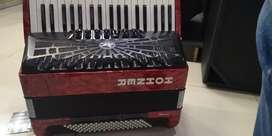 Vendo Acordeon Piano marca HONNER de 3 Octavas y 96 bajos con 3 meses de uso