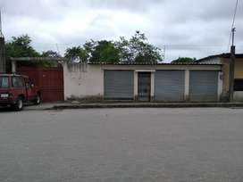 Se vende terreno con casa en la parte de atras adelante tiene 3 locales comerciales