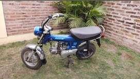 Vendo Honda Dax modelo 99 . Tiene detalles. Esta en funcionamiento. Se vende. Color turqueza.